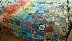 Renkli motiflerden yapılmış örgü battaniye modeli