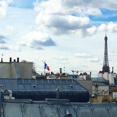 Sur les toits de #Paris avec @myroomin_official  __ #parisview #parisparis #toitsdeparis #myroomin #eiffeltower #toureiffel #france #drapeaufrancais #parisjetaime #iloveparis #rooftop #parisrooftops #jetaimeparis #parismaville #parismonamour #bluesky #doitinparis #cielbleu