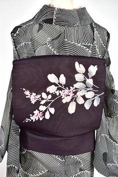 黒や濃紺に近い深く落ち着いた紫に、楚々と咲く萩が詩情豊かに染め出された絽の夏のつくり帯です。