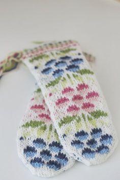Kainuun lapaset - Kainuu mittens in kid size Fingerless Mittens, Knit Mittens, Knitted Gloves, Knitting Socks, Wrist Warmers, Hand Warmers, Double Knitting Patterns, Mittens Pattern, Yarn Crafts