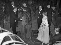 Koningin Juliana en prins Bernhard wonen in 1953 een galavoorstelling bij in de stadsschouwburg in Amsterdam. Voor prinses Beatrix was het een bijzondere avond: zij droeg voor de eerste keer een avondtoilet.