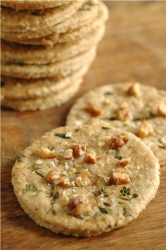 Vegetarian food 434949276493841893 - Crackers avoine, noix, huile d'olive, thym & fleur de Source by DoreenGreens Low Carb Vegetarian Recipes, Healthy Cooking, Low Carb Recipes, Snack Recipes, Healthy Recipes, Snacks, Vegetarian Food, Fingers Food, Bolacha Cookies
