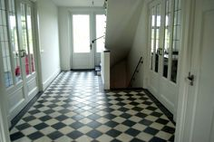 Super klassiek...wit en zwart marmer Hall Tiles, Tiled Hallway, Cafe Interior, Interior And Exterior, 1930s House Renovation, Hall Flooring, Victorian Tiles, White Bathroom, Living Room Designs