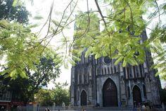 La Cathédrale Saint Joseph construite dans le style néogothique (Notre Dame n'est pas loin) à Hanoi. Hanoi, Vietnam, Saint Joseph, Loin, France, Dame, Style, Old Town, The Neighborhood