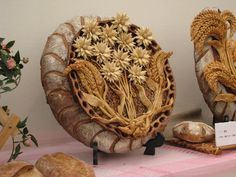 Bread art--kind of interesting Pan Focaccia, Bread Display, Pies Art, Bread Art, Bread Shaping, Bread And Pastries, No Yeast Bread, Artisan Bread, No Bake Treats
