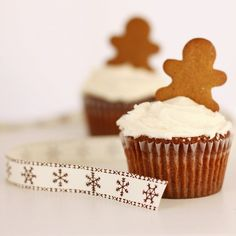gingerbread man cupcakes and ribbon Christmas Kitchen, Christmas Goodies, Christmas Baking, Christmas Time, Magical Christmas, Christmas Candy, Holiday Baking, Christmas Desserts, Christmas Recipes