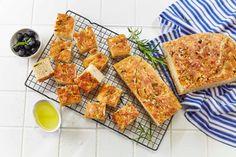 Foccacia er et klassisk italiensk brød, opprinnelig fra Genova. I denne oppskriften har vi smaksatt med smør, fingersalt og sorte oliven. Saftig og nylaget focaccia egner seg fint til frysing og er perfekt å servere til supper og salater.