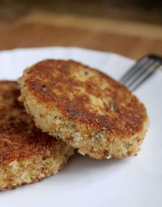Potato and salmon fish cakes are not only a quick and easy dinner idea that everyone will love, they're also inexpensive and very nutritious! Salmon Potato Cakes, Salmon Fish Cakes, Shellfish Recipes, Seafood Recipes, Fish Cakes Recipe, Smoked Salmon Recipes, Top Recipes, Potato Recipes, Diet Recipes