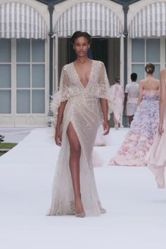Ralph & Russo Look Autumn Winter Couture Collection. : Stunning Embellished Blush Pink Slit Sheath Evening Maxi Dress / Evening gown with Deep V-Neck Cut and Half Long Sleeves. Runway Show by Ralph & Russo Haute Couture Gowns, Couture Dresses, Couture Fashion, Runway Fashion, Fashion 2020, Evening Dresses, Prom Dresses, Casual Dresses, Wedding Dresses