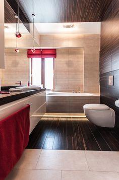 Łazienka dzieci z ciemnym drewnem i soczystą czerwienią.