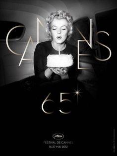 Deux mythes à l'affiche  L'affiche du 65ème Festival de Cannes rend hommage à l'une des femmes les plus enviées du monde. Photographiée par Otto L.Bettmann, Marilyn Monroe, installée dans une limousine, souffle les yeux fermés une bougie. De cette manière l'actrice, disparue il y a déjà 50 ans, fête aussi les 65 ans de cette mythique cérémonie. Une affiche qui célèbre deux symboles du cinéma.(Photo DR)