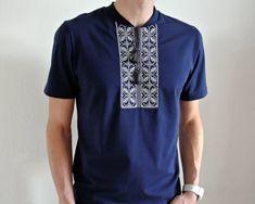 Moderne Vyshyvanka T-shirt für Männer. Stilvolle Kombination von modernen Menschen tragen mit traditionellen Mustern der ukrainischen Stickerei.