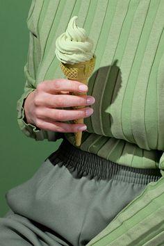 """Enamorado a niveles exagerados conla última serie llamada """"Wardrobe Snacks"""" hecha por lafotógrafa americanaKelsey McClellan. styling: Michelle Maguire"""