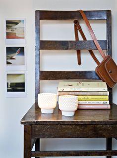 Yöpöytänä Kirsi-Marjalla on vanha tuoli. Arabian tuikkukupit ovat mummin ja vaarin perintöä.