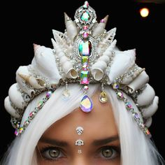 This is a mermaid crown I can get behind Mehr Maquillage Halloween, Halloween Makeup, Halloween Costumes, Halloween Face, Seashell Crown, Seashell Art, Mermaid Crown, Mermaid Shell, Mermaid Beach