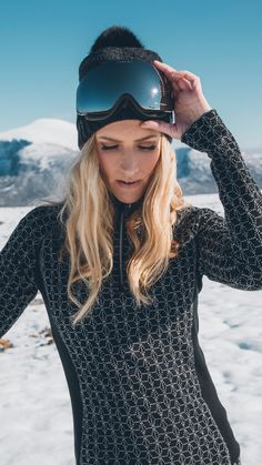 Hit the slopes in style with Stjerne basic women's sweater and Ulv hat. Shop your ski look now at daleofnorway.com! ⛷❄️