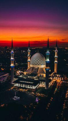 Sultan Salahuddin Abdul Aziz Masjid in Shah Alam, Malaysia Mosque Architecture, Sacred Architecture, Cultural Architecture, Beautiful World, Beautiful Places, Mekkah, Beautiful Mosques, Sunset Wallpaper, Grand Mosque