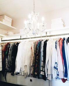 my closet! olha que sonho meu closet, super organizado depois do trabalho das meninas da @empresa_help 💗 elas organizam tudo por cor, tipo de peça, dobram perfeitamente... vale muito a pena, pois dá para visualizar melhor o que temos!