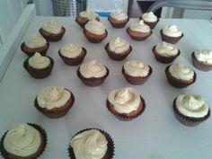 Cupcakes de frambuesa y chocolate blanco Chocolate Blanco, Mini Cupcakes, Desserts, Food, Chocolate Raspberry Cupcakes, Postres, Recipes, Eten, Meals