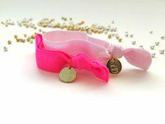 Superchicke elastische Hairties in neonpink und rosa. #braclets #elastic #pearls #armbänder #hairties #DPbeanies #neonpink