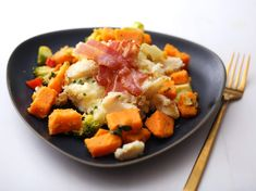 Torsk med dobbel potet og babyutfall | Kristine Weber Fruit Salad, Potato Salad, Bacon, Potatoes, Ethnic Recipes, Food, Meal, Potato, Eten