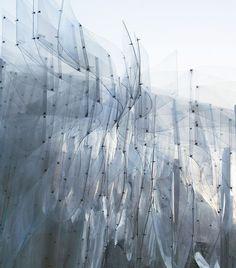 ORPROJECT, BAN PAVILION, in Beijing, 2012. Feuilles de polymère pliées et reliées entre elles par un système de vis/écrou, autoportantes.