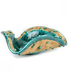 Duża, masywna, ozdobna i efektowna patera ceramiczna, z przeznaczeniem na owoce. Może też stanowić ozdobę sama w sobie. Szkliwo (matowe) w kolorze morskiej zieleni ze srebrnymi drobinkami. Część brzegu oraz zewnętrznej części pozostawiłam surowe (z zadrapaniami), a po wypaleniu wtarłam wosk, dla podkreślenia struktury.  Wysokość maksymalna 12 cm, szerokość 32/34 cm. Stoi na trzech nóżkach. Wysyłam z oznaczeniem 'ostrożnie' i ubezpieczeniem.