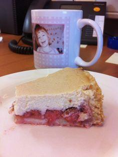 Ich bin ein großer Fan von Kuchen zum Frühstück, so auch Petzi, die ihren Strawberry Cheesecake genüßlich verspeist.