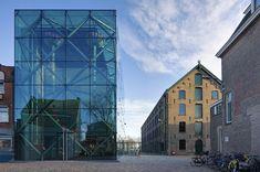Het Textielmuseum in Tilburg is een van de weinige Nederlandse musea in bedrijf. Wanneer de organisatie een imagoprobleem vaststelt en daarnaast de wens heeft verder uit te groeien tot kennis- en kunde-instituut op het gebied van textiel, vraagt het cepezed een plan voor uitbreiding en renovatie op te stellen. De voltooiing trekt veel publieke belangstelling en zet het museum weer helemaal op de kaart. De renovatie van de historische textielfabriek waarin het museum gevestigd is, kenmerkt…