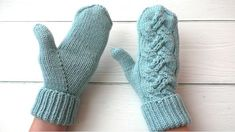 Mittens with knitting needles. / / A finger with an Indian wedge. Poncho Knitting Patterns, Mittens Pattern, Loom Knitting, Knitting Socks, Knitting Needles, Knit Patterns, Finger Knitting Projects, Knitting For Kids, Baby Knitting
