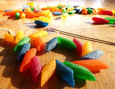 put dry pasta in a bowl, add a very little vinager and foodcoloring. keep shaking for about 5 minutes! Letter N Crafts, Toothpick Crafts, Pasta Crafts, Colored Pasta, Colored Noodles, Pasta Art, Foam Crafts, Craft Foam, Kids Church