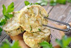 Ke svíčkové, kuřeti na paprice, k houbové omáčce, všude tam najde tenhle klenot české kuchyně své uplatnění. Karlovarský knedlík je trochu pracnější na přípravu, ale jeho chuť jen tak něco nenahradí. Mezi knedlíky zkrátka vyniká. Zkuste jej podle našeho receptu! Churros, Camembert Cheese, Potato Salad, Potatoes, Vegetables, Ethnic Recipes, Food, Meal, Food Portions