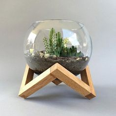 Cut frames in half & reattach on angles Wooden Plant Stands, Diy Plant Stand, House Plants Decor, Plant Decor, Diy Wood Projects, Wood Crafts, Terrarium Wedding, Graphisches Design, Decoration Plante