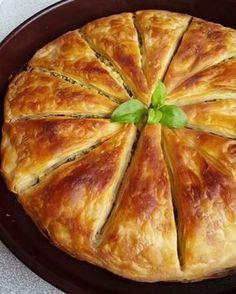 ARNAVUT BÖREĞI 5su bardağı un 2su bardağı ılık su 1tatlı kaşığı tuz 1 yemek kasigi sirke (Ben koymadim) Arasına sürmek için Sıvıyağ İç malzemesi Yarim kilo Pirasa Salça Siviyag Hamuru yogurun. Orta yumuşaklıkda bir hamur elde ettikten sonra hamuru 15-20 dakika dinlendirin. Bu arada iç harcını hazırlıyin. Pirasayi küçü. Pastry Recipes, Cake Recipes, Cooking Recipes, Iftar, Homemade Pastries, Savory Pastry, Good Food, Yummy Food, Salty Snacks