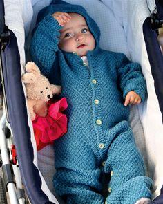 """En superfleksibel og varm """"køreposedragt"""", der kan bruges både i barnevognen og i en autostol, da den kan knappes op og """"skabe"""" ben, så autostolens sikkerhedsseler kan spændes rigtigt."""