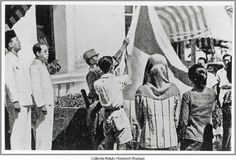 Proclamatie Republik Indonesia. Links staan Soekarno en Hatta. 17-8-1945