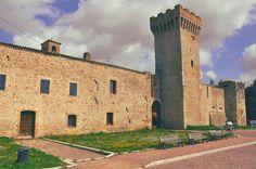 Umbria, Torre della Botona  Situata nel piccolo borgo fortificato di Castel San Giovanni (datato secolo XIV), dal 2010 la struttura è stata riqualificata come albergo diffuso