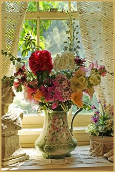 New Shabby Chic Flowers Arrangements House Gardens Ideas Rose Cottage, Shabby Cottage, Shabby Chic Homes, Shabby Chic Decor, Cottage Style, Beautiful Flower Arrangements, Floral Arrangements, Beautiful Flowers, Beautiful Images