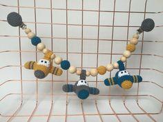 gehaakte vliegtuig wagenspanner - door KNUFL crocheted airplane stroller toy - by KNUFL