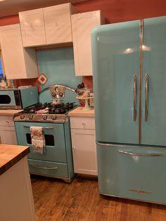 Retro Kitchen Appliances, Kitchen Appliance Storage, Vintage Appliances, 1950s Kitchen, Retro Kitchen Decor, Home Appliances, Kitchen Ideas, Retro Kitchens, Rustic Kitchens
