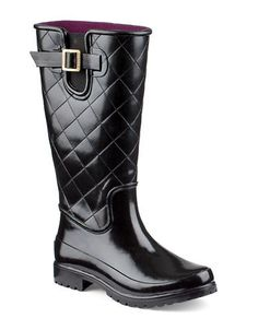Rainy days can't get you down in these stylish waterproof rubber rain boots, featuring an ultra-cozy microfleece lining and a super-gripy Wave-Siping sole.