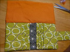 Tuto pochette porte-cartes - * * * Le Blog de ValèrIdées * * * Wallet, Blog, Tela, Step By Step, Sewing Tutorials, Coin Purses, Purses, Patterns, Sewing For Beginners