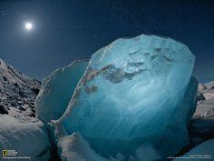 Bloc de glace échoué sur une plage islandaise