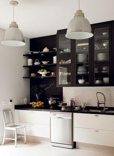 Adorei o armário da cozinha preto e com vidro.