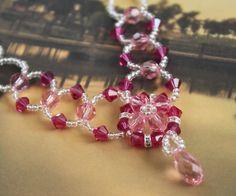 En éste tutorial bisutería conoceremos como realizar un hermoso collar paso a paso con mostacillas y cristales swarosky, no te lo pierdas fácil y hermoso!
