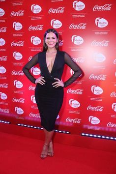 Bruna Marquezine abusa do decote em evento no Rio