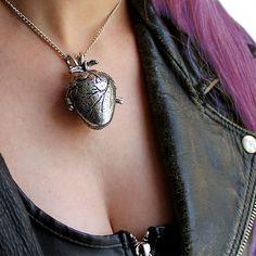 "Collar ""Corazón Anatómico"" http://lobotomyshop.es/collares/227-collar-corazon-anatomico.html"