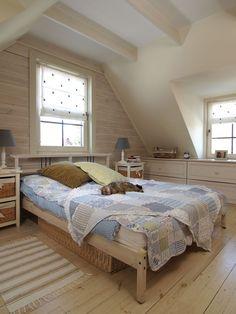 <p><strong>Aranżacja sypialni</strong> pod skosami jest wyjątkowo przytulna i ciepła. A to dzięki zastosowaniu w <strong>aranżacji sypialni</strong> drewna, pastelowych barw i elementów vintage. Sypialnia pod skosami: zdjęcia i projekt wnętrza.</p>