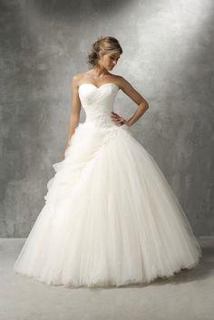 Parce qu'on veut toutes cette robe! Celle dans laquelle on ressemblera à une princesse à la date du plue beau jour de notre vie !! Qui ne rêve pas de pouvoir se glisser dans le tissu soyeux de cette splendide robe de marié ❤️