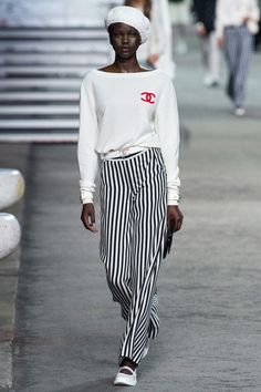 Chanel Resort 2019 Fashion Show Collection: See the complete Chanel Resort 2019 collection. Look 1 Chanel Cruise, Chanel Resort, Fashion Week, Look Fashion, Runway Fashion, High Fashion, Fashion Design, Fashion Trends, Chanel Fashion Show